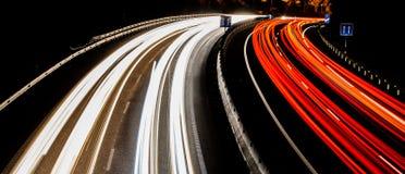 Traînées légères fantastiques sur la route dans Ténérife photos stock
