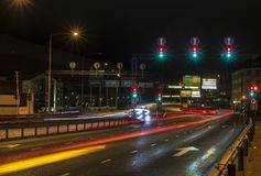 Traînées légères rouges et jaunes sur un croisement de feu de signalisation de route image stock