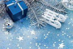 Traîneau blanc avec le boîte-cadeau bleu arbre de Noël sur le bleu de scintillement Image stock