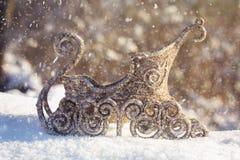 Traîneau d'or dans la neige Jouets de Noël Photo stock