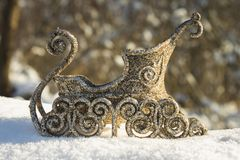 Traîneau d'or dans la neige Jouets de Noël Image libre de droits