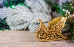 Traîneau de Noël d'or sur le bois Photos stock