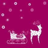 Traîneau de renne avec des cadeaux sur le fond rouge Images libres de droits