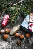 Traîneau et boîte de Noël avec des cadeaux Photos stock