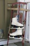 Traîneau et patins : Amusement de l'hiver Photographie stock libre de droits