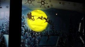 Traîneau rougeoyant électronique de vol de Santa Claus avec des cerfs communs banque de vidéos