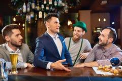 Traîner avec des amis dans le bar Image stock