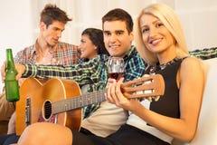 Traîner avec la guitare acoustique Photo libre de droits