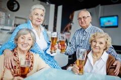 Traîner dans le bar avec des amis Photos libres de droits