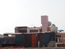 Traîner de lavage à sécher sur une terrasse de toit de Marrakech photos stock