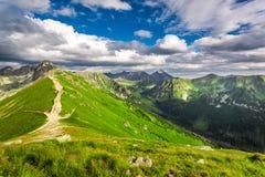 Traînez à la crête dans les montagnes de Tatras Photographie stock