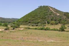 Traînez à la montagne avec les arbres et la végétation de Sobreiro image stock