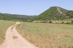 Traînez à la montagne avec les arbres et la végétation de Sobreiro photographie stock
