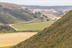 Traînez au village avec les montagnes et la plantation photos libres de droits