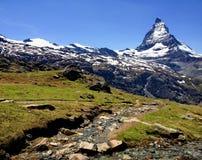 Traînez avec la vue de la crête de Matterhorn en été, Zermatt, Suisse image stock