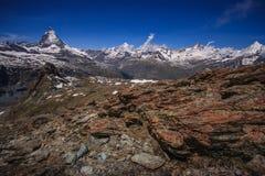 Traînez avec la vue de la crête de Matterhorn en été, Zermatt, Suisse photo stock