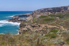 Traînez dans les falaises sur la plage, Vila Nova de Milfontes photo stock