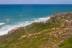 Traînez dans les falaises sur la plage, Vila Nova de Milfontes photos libres de droits