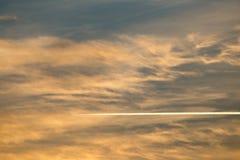 Traînez de l'avion dans le ciel au coucher du soleil photographie stock libre de droits