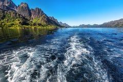 Traînez derrière du bateau sur la surface de l'eau sur Trollfjord photographie stock