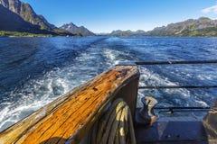 Traînez derrière du bateau sur la surface de l'eau sur Trollfjord photographie stock libre de droits