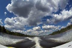 Traînez du bateau sur la rivière, vue grande-angulaire Photo stock