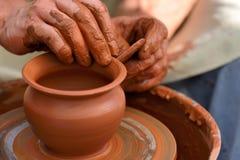 traînez en faisant le pot en céramique sur la roue de poterie images stock