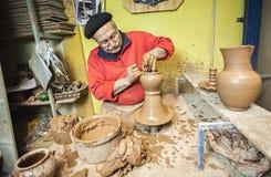 Traînez en travaillant dans l'atelier par morceau en céramique typique de Bailén image stock
