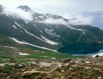 Traînez l'extrémité du ` s au-dessus du lac hope dans le San Juan Range, le Colorado photographie stock