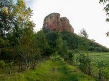 Traînez la manière à la roche de grès dans le -pays Brésil image libre de droits