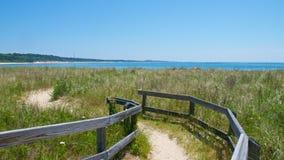 Traînez le long de la plage en parc d'état de Kiptopeke, la Virginie photos stock