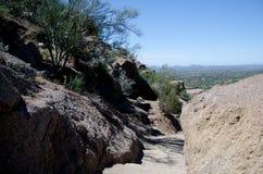 Traînez le passage entre les roches de granit à la crête de sommet photo libre de droits
