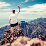 Traînez le succès de coureur, homme courant en montagnes photos stock