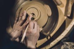 Traînez les formes que le produit d'argile avec la poterie usine photo stock