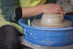 Traînez les mains du ` s faisant un pot d'argile sur la poterie photographie stock libre de droits