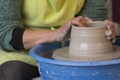 Traînez les mains du ` s faisant un pot d'argile sur la poterie image stock