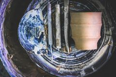 Traînez les outils du ` s en gros plan sur la roue du ` s de potier photo stock