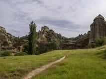 Traînez pour foudroyer la maison des cheminées féeriques que les roches répandent dans Pasabag, vallée de moines, Cappadocia, Tur photos libres de droits