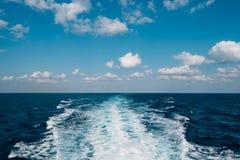 Traînez sur la mer derrière le bateau de croisière Images libres de droits