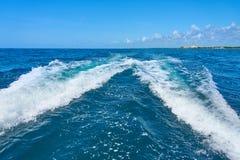 Traînez sur la surface de l'eau derrière du catamaran rapide de moteur en mer des Caraïbes Cancun Mexique Jour ensoleillé d'été,  photo stock
