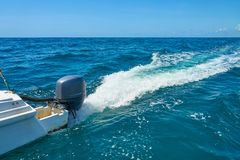 Traînez sur la surface de l'eau derrière du catamaran rapide de moteur en mer des Caraïbes Cancun Mexique Jour ensoleillé d'été,  photos stock