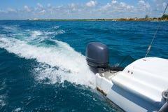 Traînez sur la surface de l'eau derrière du catamaran rapide de moteur en mer des Caraïbes Cancun Mexique Jour ensoleillé d'été,  image stock