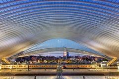 Tra πλατφορμών αιθουσών σιδηροδρομικών σταθμών τραίνων του Βελγίου Λιέγη Guillemins Στοκ Εικόνες