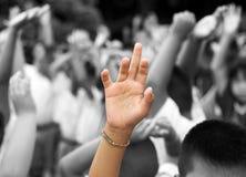 Tra l'altro mani sollevate mano nella priorità bassa Immagine Stock