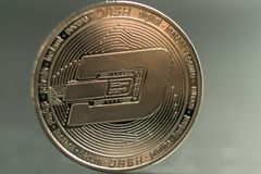 tra?o A moeda de prata da moeda cripto, tiro macro da moeda do traço isolado no fundo, cortou a tecnologia de Blockchain, imagem de stock