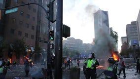 Traangas die bij chaotische rel exploderen van de binnenstad stock video