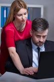 Trabajador acosado por el jefe femenino foto de archivo