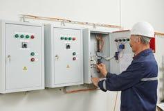 Trabajador adulto mayor del ingeniero del electricista Imagenes de archivo