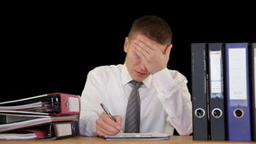 Trabajador agotado del cuello que recibe más trabajo y que consigue dormir, contra negro, cantidad común almacen de video