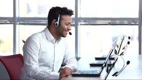 Trabajador agradable del centro de atención telefónica, contestando a las preguntas
